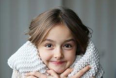 Muchacha hermosa en la bufanda de la redecilla foto de archivo
