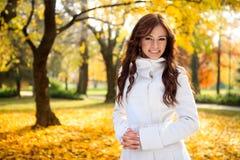 Muchacha hermosa en la caída del otoño Fotografía de archivo