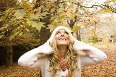 Muchacha hermosa en la caída del otoño Imágenes de archivo libres de regalías
