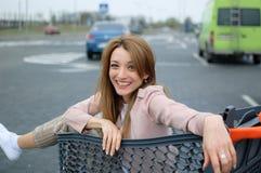 Muchacha hermosa en la carretilla cerca del supermercado outdoor imágenes de archivo libres de regalías
