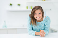 Muchacha hermosa en la cocina Foto de archivo