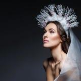 Muchacha hermosa en la corona y el velo cristalinos Foto de archivo