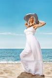 Muchacha hermosa en la costa Imagen de archivo libre de regalías