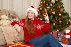 Muchacha hermosa en la decoración de la Navidad Interior del hogar con el árbol y los regalos adornados de abeto Noche Vieja y co Imagen de archivo