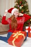 Muchacha hermosa en la decoración de la Navidad Interior del hogar con el árbol y los regalos adornados de abeto Noche Vieja y co Fotografía de archivo