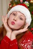 Muchacha hermosa en la decoración de la Navidad Interior del hogar con el árbol y los regalos adornados de abeto Noche Vieja y co Foto de archivo
