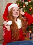 Muchacha hermosa en la decoración de la Navidad Interior del hogar con el árbol y los regalos adornados de abeto Noche Vieja y co Imagenes de archivo
