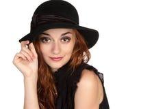 Muchacha hermosa en la edad de diecinueve en un sombrero negro Fotos de archivo