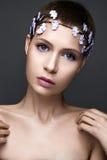 Muchacha hermosa en la imagen de la novia con la guirnalda de а de flores en su cabeza Cara de la belleza Imagen de archivo