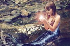 Muchacha hermosa en la imagen de una sirena foto de archivo