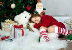 Muchacha hermosa en la Navidad que espera y el Año Nuevo cel del suéter rojo Fotografía de archivo libre de regalías