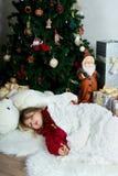 Muchacha hermosa en la Navidad que espera y el Año Nuevo cel del suéter rojo Imagenes de archivo