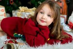 Muchacha hermosa en la Navidad que espera y el Año Nuevo cel del suéter rojo Foto de archivo libre de regalías