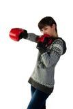 Muchacha hermosa en la perforación de los guantes de boxeo Fotos de archivo libres de regalías