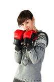 Muchacha hermosa en la perforación de los guantes de boxeo Foto de archivo