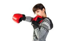 Muchacha hermosa en la perforación de los guantes de boxeo Imagen de archivo