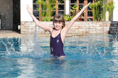 Muchacha hermosa en la piscina Foto de archivo
