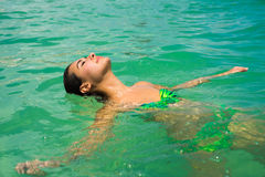 Muchacha hermosa en la playa Foto de archivo libre de regalías
