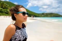 Muchacha hermosa en la playa Foto de archivo