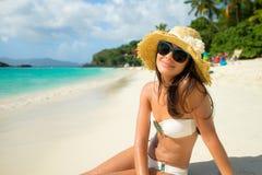 Muchacha hermosa en la playa imágenes de archivo libres de regalías