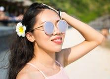 Muchacha hermosa en la playa en accesorios rosados Imagen de archivo libre de regalías