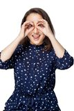 Muchacha hermosa en la risa sonriente de la camisa azul señalando el backgroun binocular del blanco del aislante de la felicidad  Foto de archivo