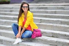 Muchacha hermosa en la ropa colorida que lleva las gafas de sol Imágenes de archivo libres de regalías