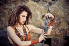Muchacha hermosa en la ropa de Viking o de un Amazonas Imagenes de archivo