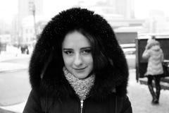 Muchacha hermosa en las calles del invierno de una ciudad Fotografía de archivo libre de regalías