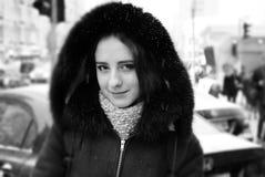 Muchacha hermosa en las calles del invierno de una ciudad Imágenes de archivo libres de regalías