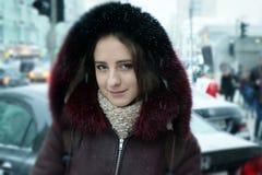 Muchacha hermosa en las calles del invierno de una ciudad Fotos de archivo