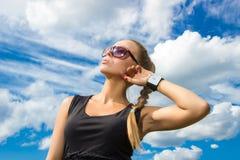 Muchacha hermosa en las gafas de sol que miran para arriba Fotografía de archivo
