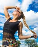 Muchacha hermosa en las gafas de sol que miran para arriba Foto de archivo libre de regalías