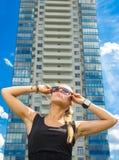 Muchacha hermosa en las gafas de sol que miran para arriba Fotos de archivo libres de regalías