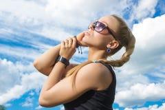 Muchacha hermosa en las gafas de sol que miran para arriba Foto de archivo