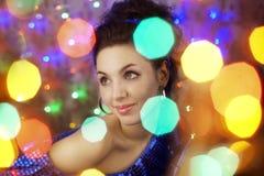 Muchacha hermosa en las luces brillantes de la noche Imágenes de archivo libres de regalías