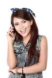 Muchacha hermosa en llamada de teléfono Fotos de archivo