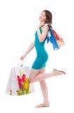 Muchacha hermosa en los bolsos azules a los compradores Foto de archivo