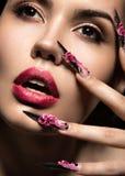 Muchacha hermosa en máscara con los clavos largos y los labios sensuales Cara de la belleza Foto de archivo
