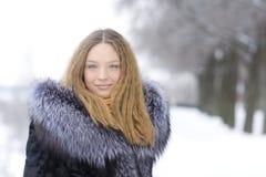 Muchacha hermosa en parque del invierno Foto de archivo libre de regalías