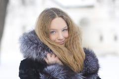 Muchacha hermosa en parque del invierno Imagen de archivo libre de regalías