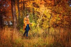Muchacha hermosa en parque del otoño Fotografía de archivo libre de regalías