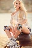 Muchacha hermosa en pcteres de ruedas en el parque Fotos de archivo libres de regalías