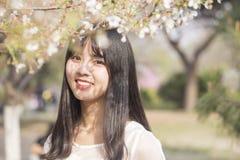 Muchacha hermosa en primavera Imagen de archivo libre de regalías