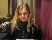 Muchacha hermosa en restaurante Fotografía de archivo libre de regalías