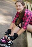 Muchacha hermosa en rollerblades Foto de archivo
