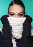 muchacha hermosa en ropa del invierno Foto de archivo libre de regalías