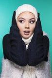 muchacha hermosa en ropa del invierno Fotos de archivo libres de regalías
