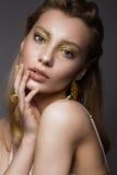 Muchacha hermosa en ropa interior con maquillaje creativo y pelo del oro La belleza de la cara Fotos de archivo libres de regalías