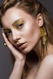 Muchacha hermosa en ropa interior con maquillaje creativo y pelo del oro La belleza de la cara Fotografía de archivo libre de regalías